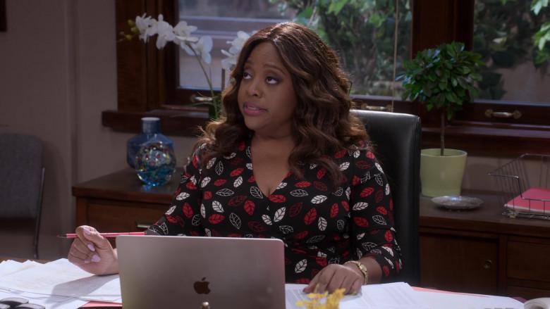 Apple MacBook Laptop of Sherri Shepherd as Paula Madison in Mr. Iglesias S02E05 Netflix TV Series (1)