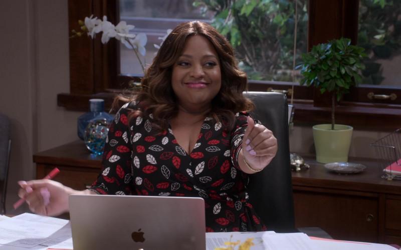 Apple MacBook Laptop of Sherri Shepherd as Paula Madison in Mr. Iglesias S02E05 Netflix TV Series (3)