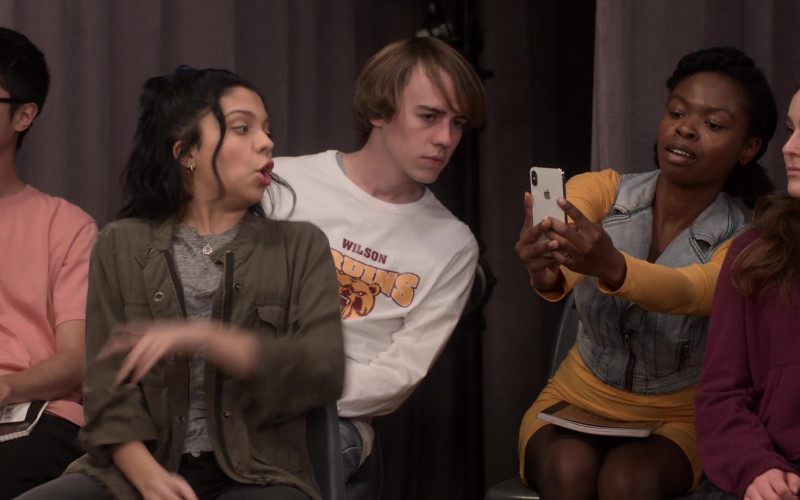 Apple iPhone Smartphone in Mr. Iglesias S02E02 Taming the Carlos (2020)
