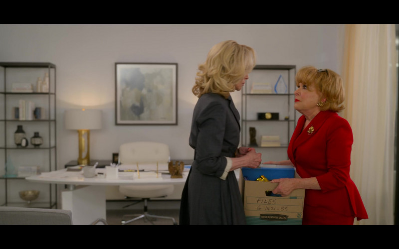 Bankers Box Held by Bette Midler as Hadassah Gold in The Politician S02E02