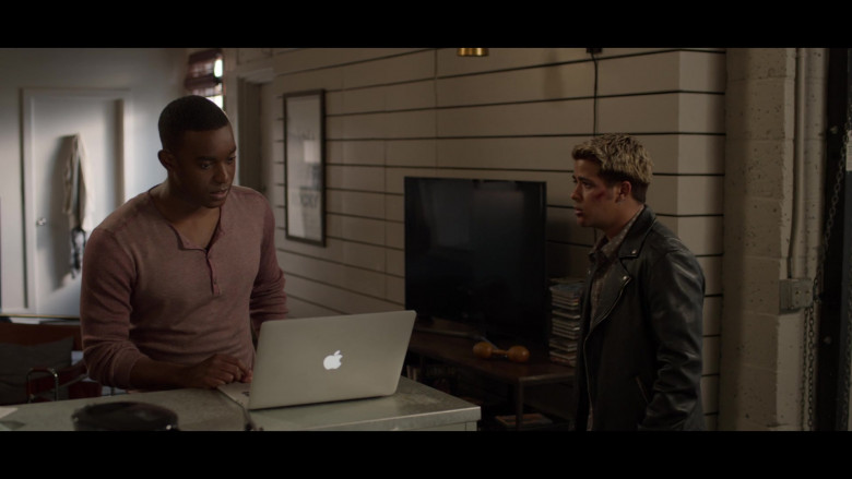 Cast Members of 13 Reasons Why Netflix TV Show Using Apple MacBook Laptops (1)