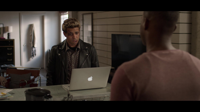 Cast Members of 13 Reasons Why Netflix TV Show Using Apple MacBook Laptops (2)