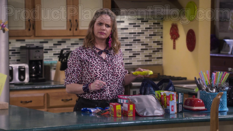 Chewy Granola Bars by Quaker Oats in Fuller House S05E13 TV Show by Netflix
