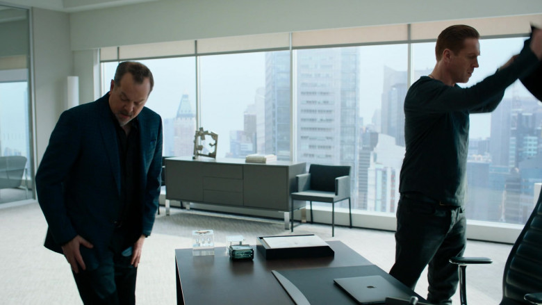 Damian Lewis as Bobby Axelrod Using Apple MacBook Laptop in Billions S05E06 TV Show (1)