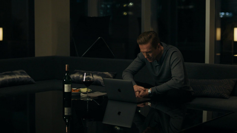 Damian Lewis as Bobby Axelrod Using Apple MacBook Laptop in Billions S05E06 TV Show (2)