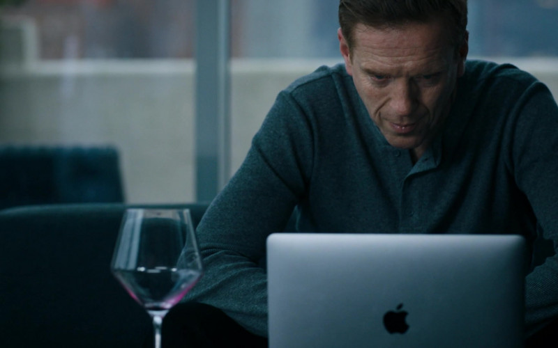 Damian Lewis as Bobby Axelrod Using Apple MacBook Laptop in Billions S05E06 TV Show (3)
