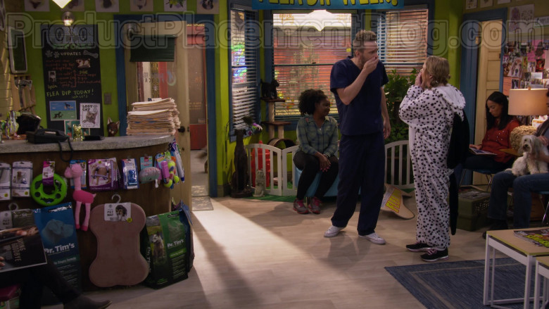 Dr. Tim's Dog Food in Fuller House S05E15 TV Show (4)