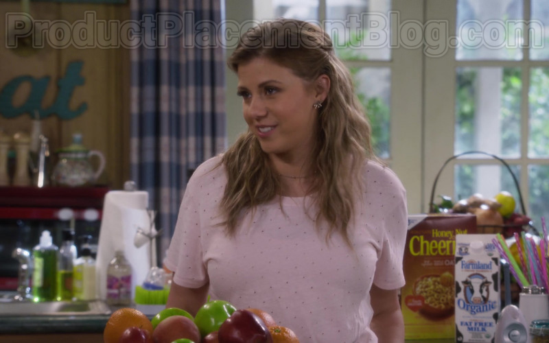 Farmland Organic Milk and General Mills Cheerios Cereal in Fuller House S05E10 (2)