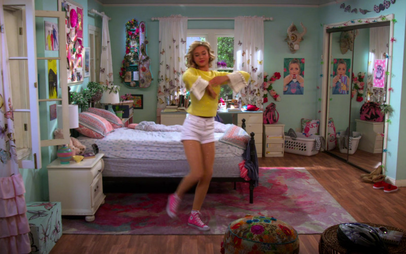Isabel May Wears White Shorts, Yellow Sweater and Converse Pink High Top Shoes in Alexa & Katie S04E01 (1)