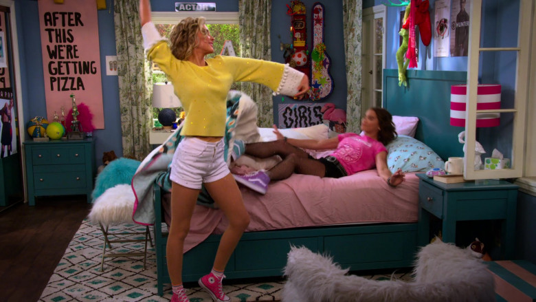 Isabel May Wears White Shorts, Yellow Sweater and Converse Pink High Top Shoes in Alexa & Katie S04E01 (2)