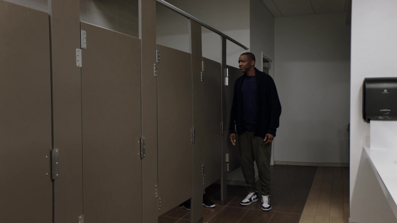 J. August Richards as Dr. Oliver Post Wearing Air Jordan Black & White Shoes in Council of Dads S01E06 TV Series (1)