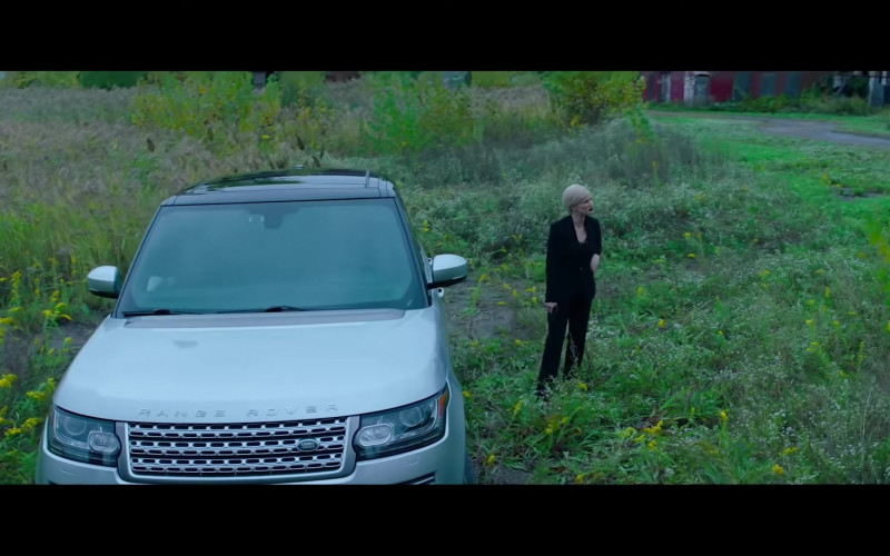 Jessica Chastain Driving Land Rover Range Rover Vogue SUV in Ava Movie (2)