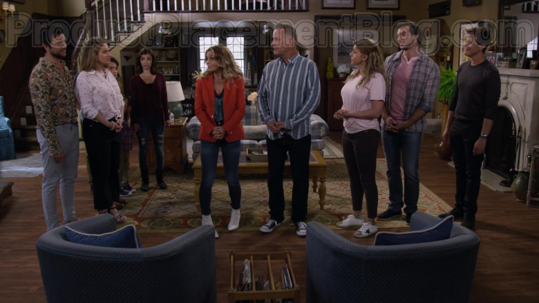Jodie Sweetin as Stephanie Tanner Wearing Golden Goose Superstar White Leather Trainers in Fuller House S05E10 TV Show (1)