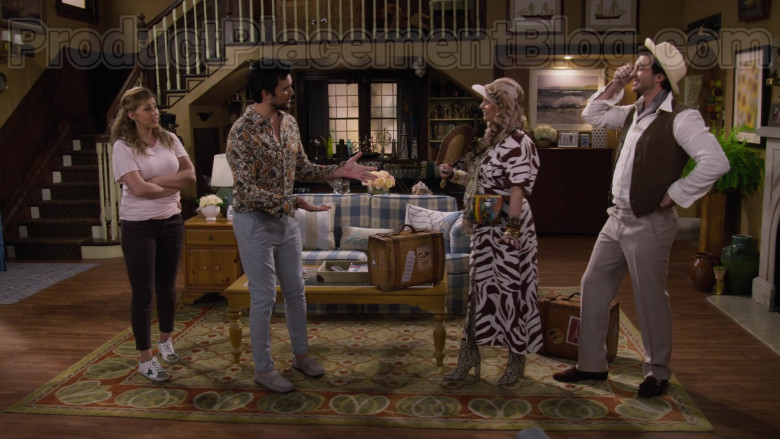Jodie Sweetin as Stephanie Tanner Wearing Golden Goose Superstar White Leather Trainers in Fuller House S05E10 TV Show (2)