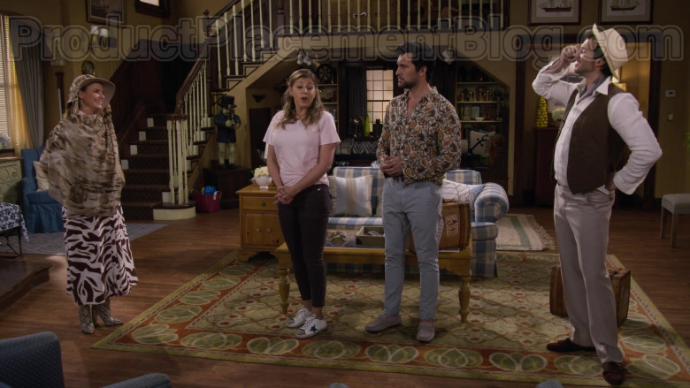 Jodie Sweetin as Stephanie Tanner Wearing Golden Goose Superstar White Leather Trainers in Fuller House S05E10 TV Show (3)