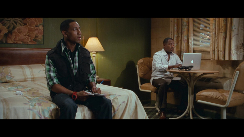 Martin Lawrence Using Apple MacBook Pro Laptop in Big Mommas Like Father, Like Son Movie (2)
