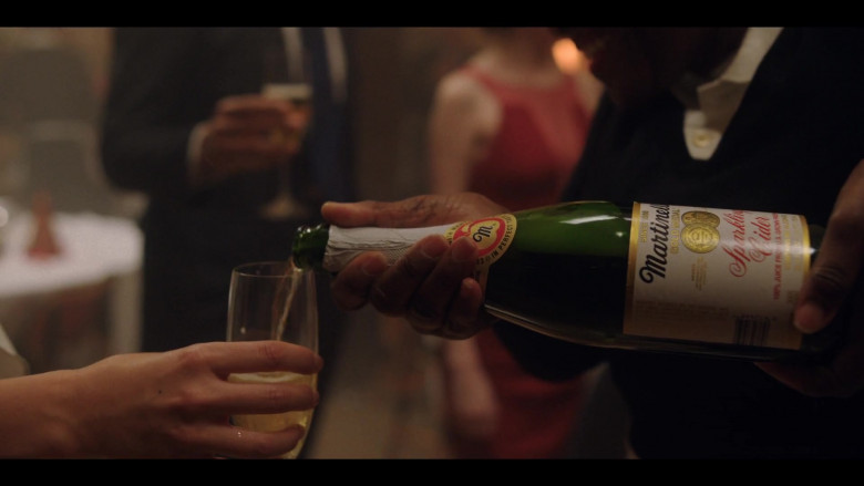 Martinelli's Gold Medal Sparkling Cider in Love Life S01E10 The Person (2020)
