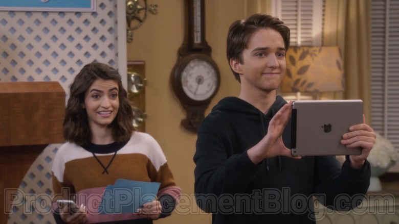 Michael Campion as Jackson Holding Apple iPad Tablet in Fuller House S05E16 TV Show (2)