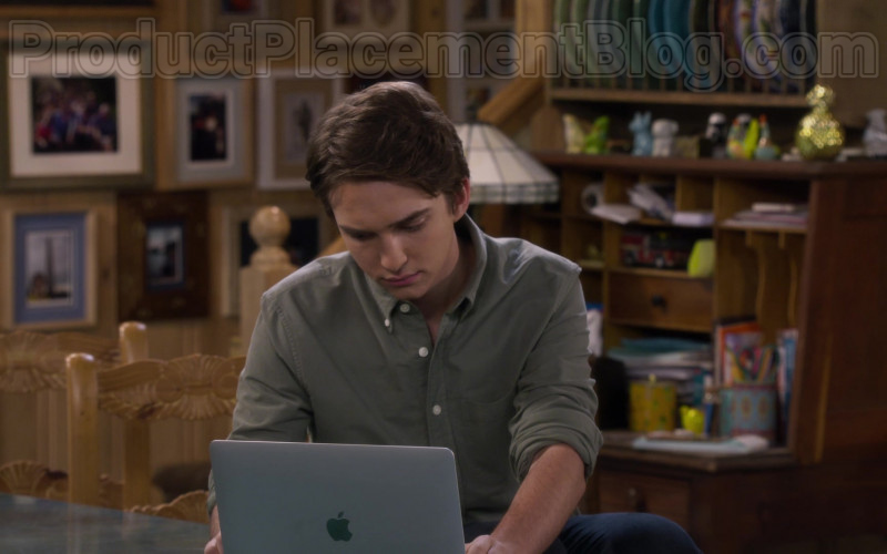 Michael Campion as Jackson Using Apple MacBook Laptop in Fuller House S05E13 TV Show