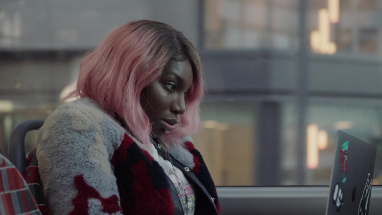 Michaela Coel as Arabella Using Apple MacBook Laptop in I May Destroy You S01E01 TV Show (1)
