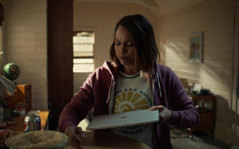 Monica Raymund as Jackie Drinks Diet Pepsi Soda in Hightown S01E06 TV Series