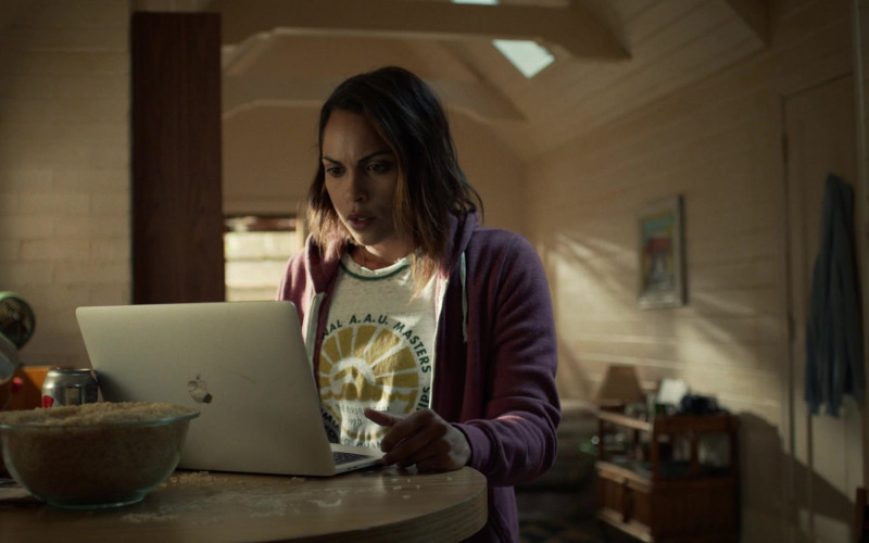 Monica Raymund as Jackie Using Apple MacBook Pro Notebook in Hightown Season 1 TV Show (1)