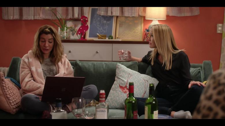 Nasim Pedrad as Wesley Using Microsoft Surface Notebook in Desperados Movie 2020 by Netflix (1)