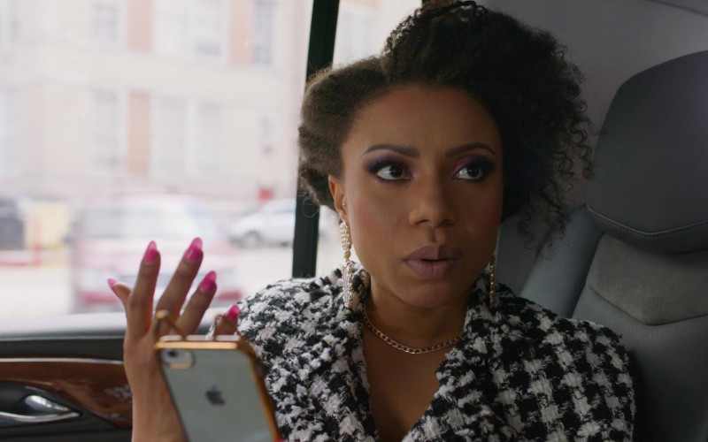 Shalita Grant Using Apple iPhone Smartphone in Search Party S03E02 TV Show (2)