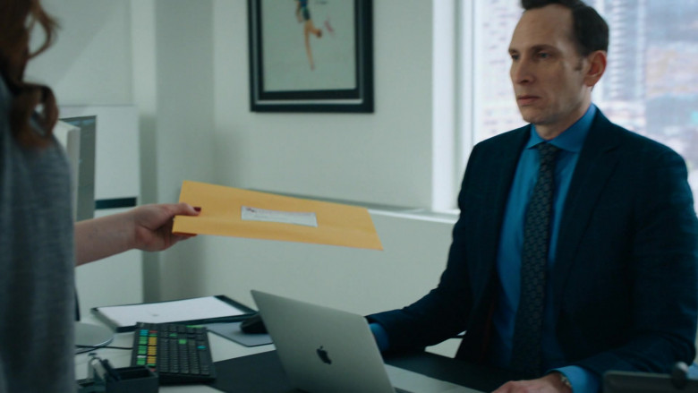 Stephen Kunken as Ari Spyros Using Apple MacBook Laptop in Billions S05E06 TV Series (2)