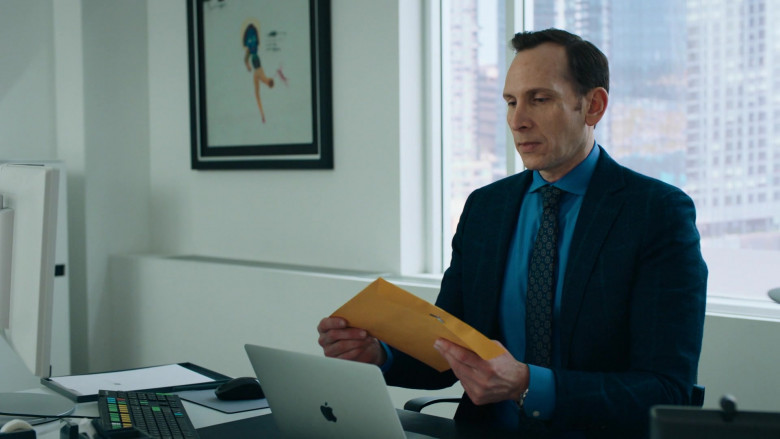 Stephen Kunken as Ari Spyros Using Apple MacBook Laptop in Billions S05E06 TV Series (3)