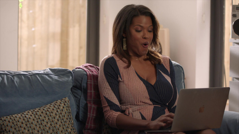 TV Show Actress Using Apple MacBook Laptop in The Last O.G. S03E10 (2)