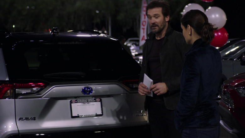 Toyota RAV4 SUV in Council of Dads S01E07 (1)