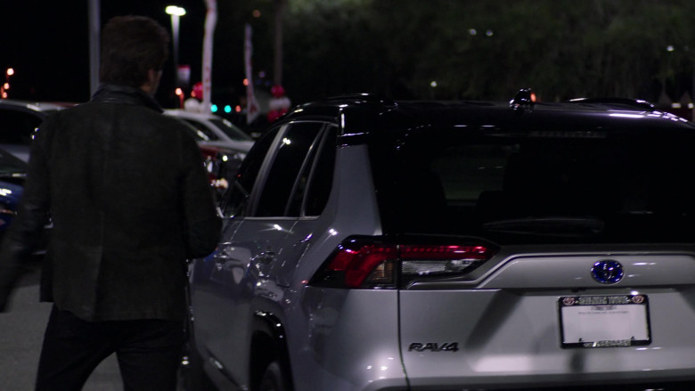 Toyota RAV4 SUV in Council of Dads S01E07 (2)