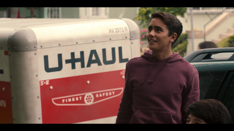 U-Haul Trailer in Love, Victor S01E01 Welcome to Creekwood (2)