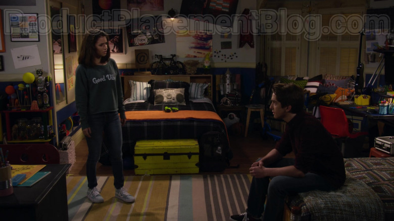 Vans Sneakers of Soni Nicole Bringas as Ramona in Fuller House S05E17 Something Borrowed (3)