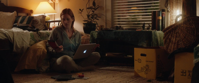 Actress Brittany Snow Using Apple MacBook Laptop in Hooking Up Movie (1)