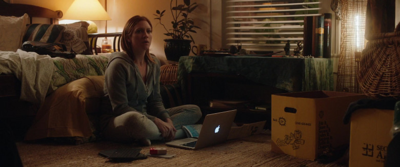 Actress Brittany Snow Using Apple MacBook Laptop in Hooking Up Movie (2)