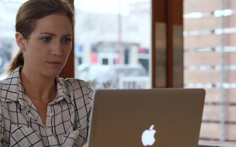 Actress Brittany Snow Using Apple MacBook Laptop in Hooking Up Movie (3)