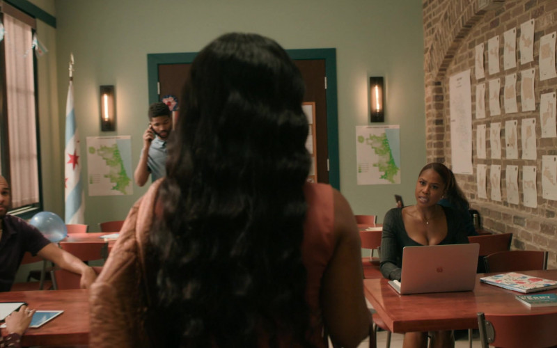 Apple MacBook Laptop in The Chi S03E04 (1)