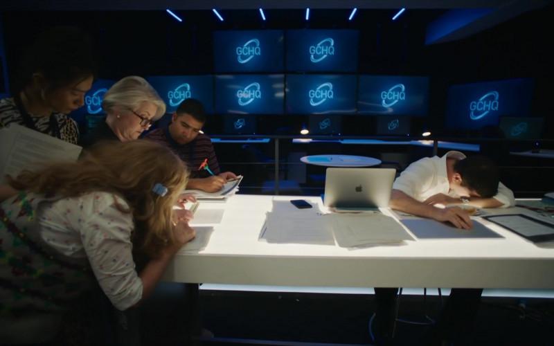 David Schwimmer as Jerry Bernstein Using Apple MacBook Laptop in Intelligence S01E03 TV Series