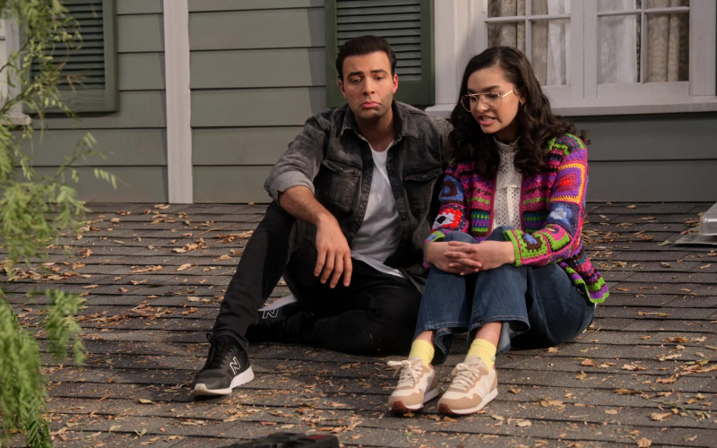 Jencarlos Canela as Victor Wears New Balance Black Sneakers Outfit in The Expanding Universe of Ashley Garcia S01E09 (2)