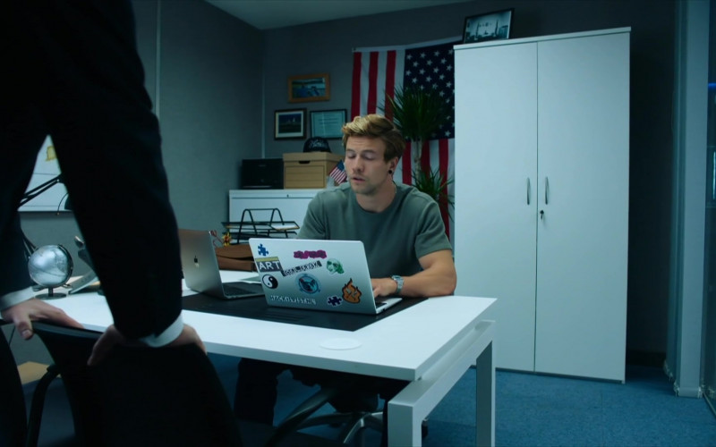 Leo Suter as Tom Using Apple MacBook Laptop in Intelligence S01E04 TV Show