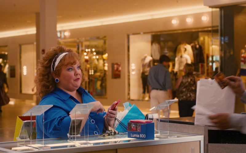 Nokia Lumia 800 Cell Phone in Identity Thief (2013)