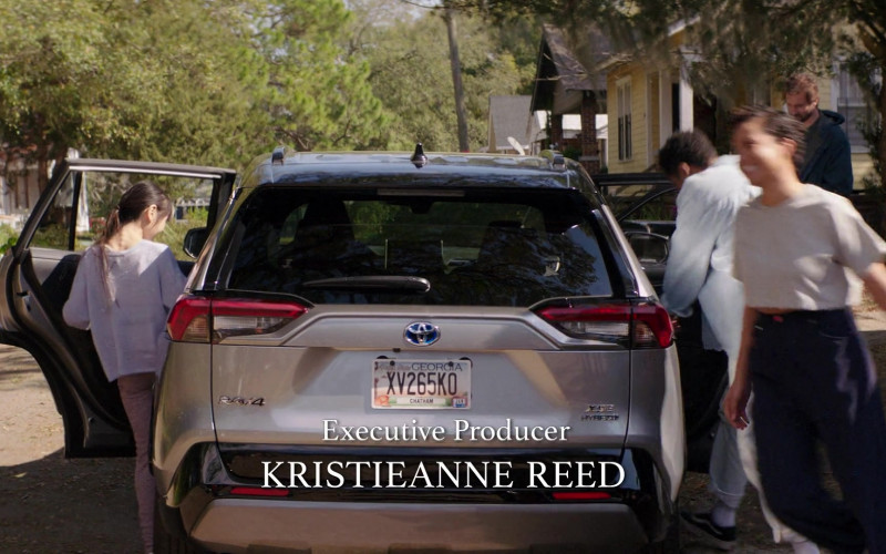 Toyota RAV4 XSE Hybrid Crossover in Council of Dads S01E10 (1)