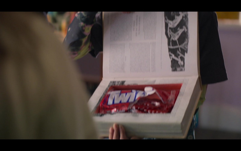 Twizzlers Candies Held by Momona Tamada as Claudia Kishi in The Baby-Sitters Club S01E01 (1)