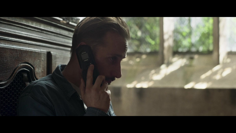 Verizon Mobile Phone in The Old Guard (2020)