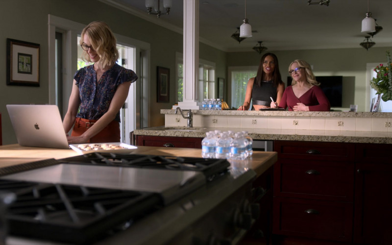Apple MacBook Laptop in Lucifer S05E05