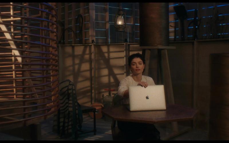 Apple MacBook Laptop of Eve Hewson in Tesla