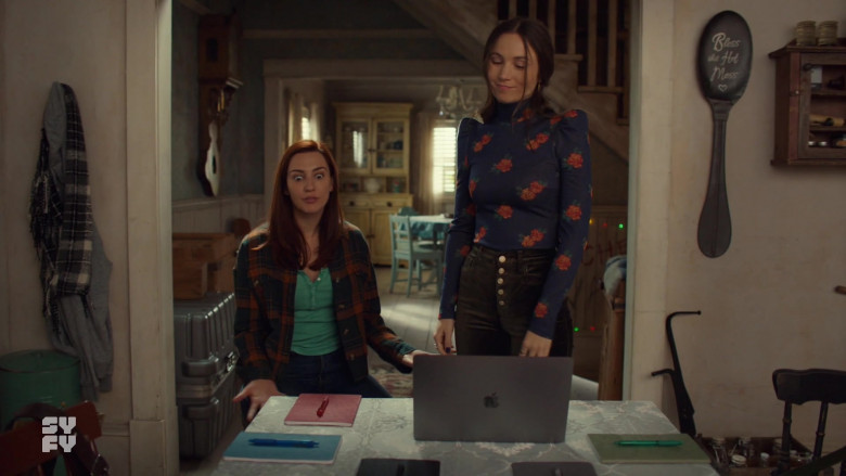 Apple MacBook Pro Laptop Used by Actresses in Wynonna Earp S04E04 (1) TV SHow