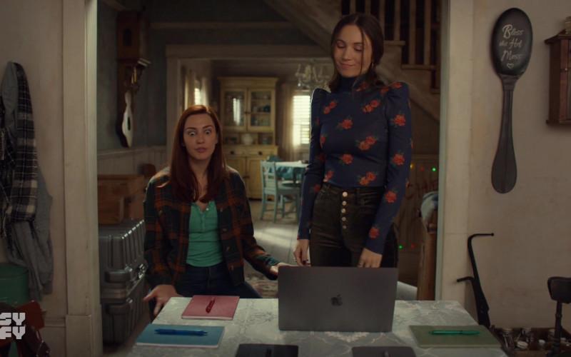 Apple MacBook Pro Laptop in Wynonna Earp S04E04 (1)